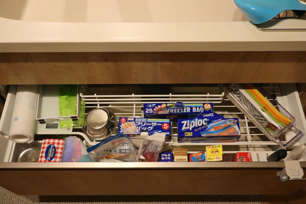 リクシルのキッチンはアシストポケットシェルフで収納が使いやすいんです