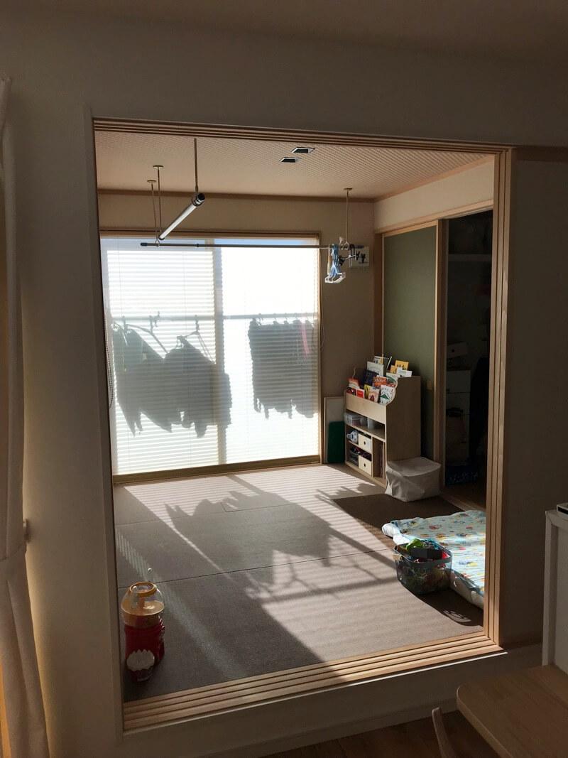 1階の和室に洗濯物を干して、その場で畳んで、隣のウォークインクローゼットにしまえるのが家事が楽になる間取りです