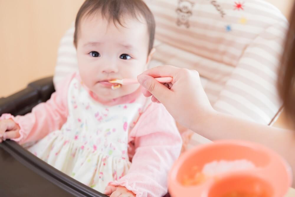 ダイニングではご飯をなかなか食べない赤ちゃん