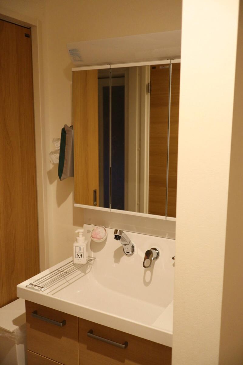 水栓が壁付で掃除しやすいリクシルの洗面台