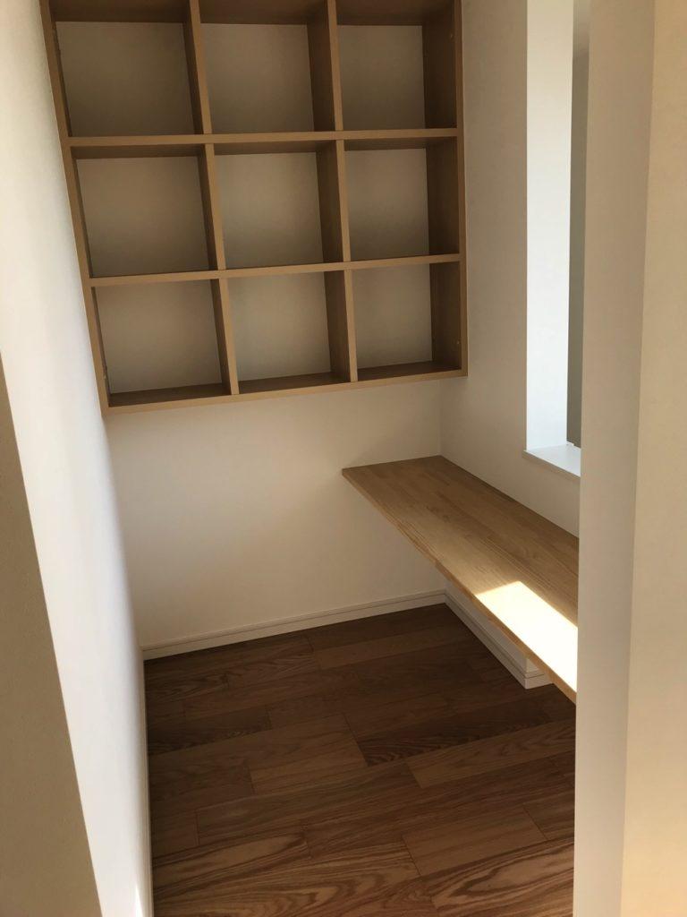 作り付けの本棚は壁との隙間がないからゴミがたまりにくいし、床と接する部分を棚にしないと掃除もしやすい