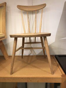 シンプルナチュラルな木製チェア