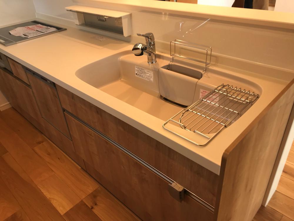 リクシルの人大キッチンでカラーはシルフィベージュとマロンベージュを選べば汚れがつきにくい