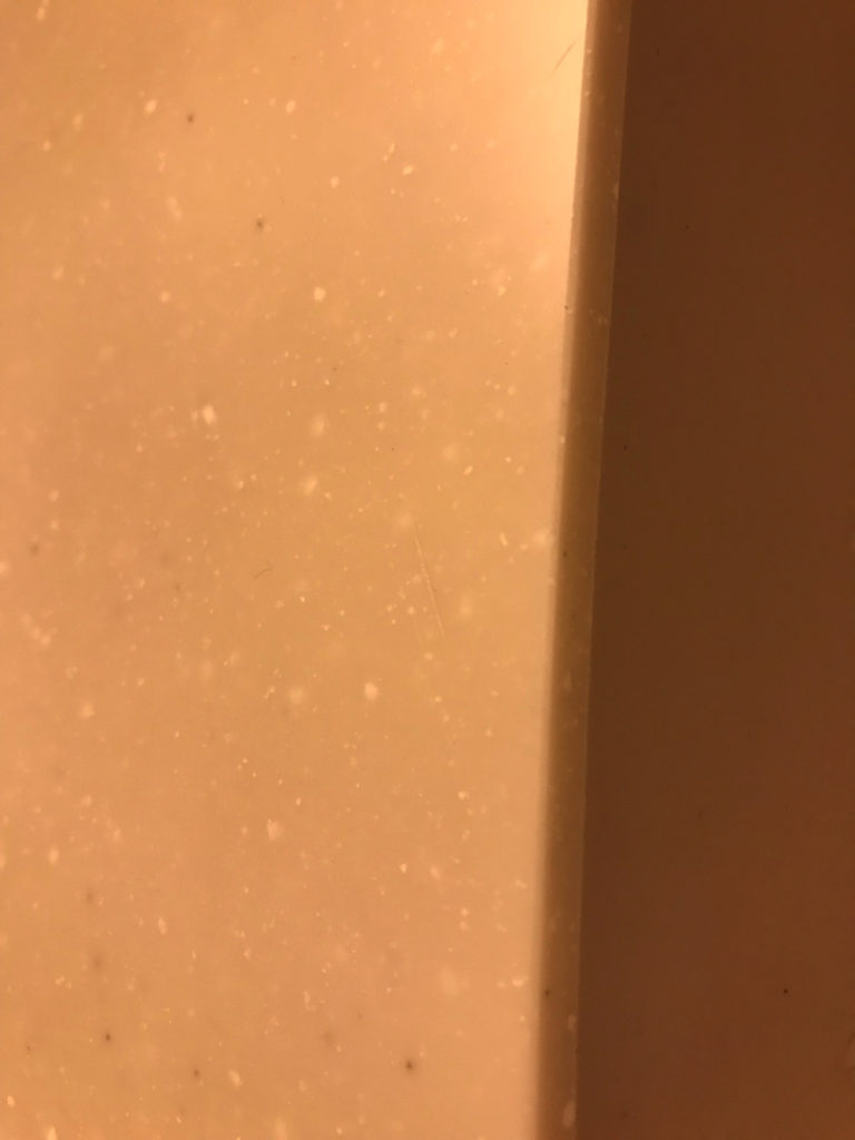 包丁で傷がついてしまった人造大理石のキッチン