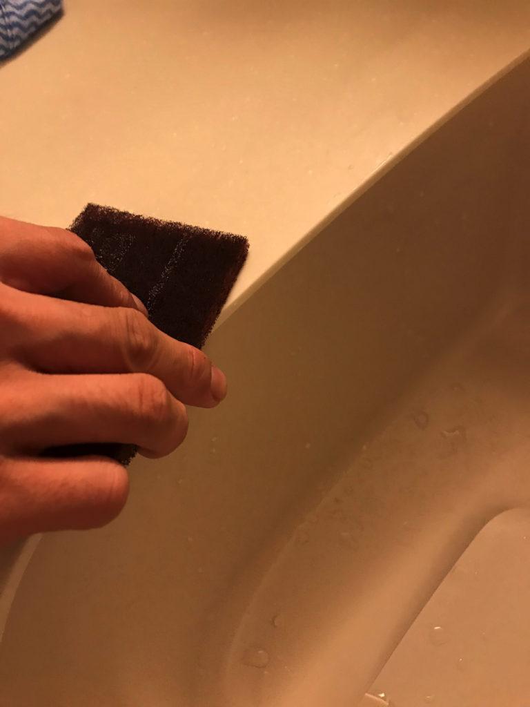 人造大理石のキッチンに傷ができたから紙やすりを使用