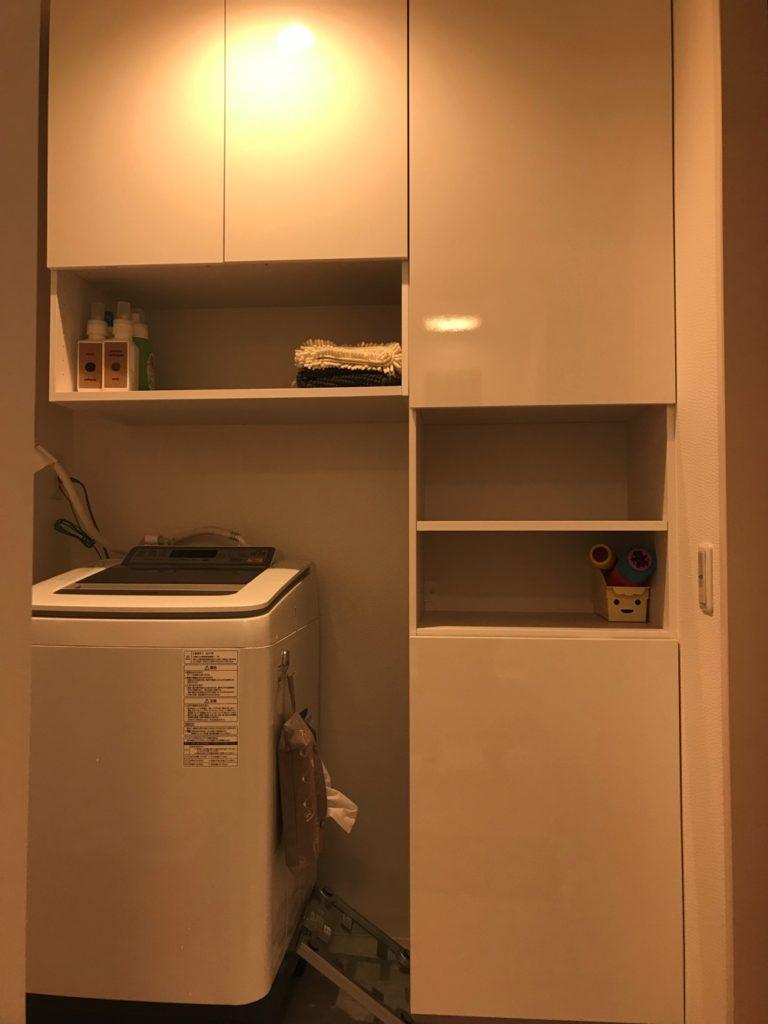 洗面台を独立させると脱衣室が広くなるので、お風呂周りの収納を大きくできるんです。