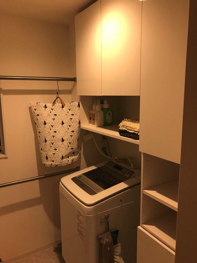洗面台を独立させて脱衣室に扉付きの収納をつければ、苦労をしないで片付いた暮らしができるのが嬉しいポイント。