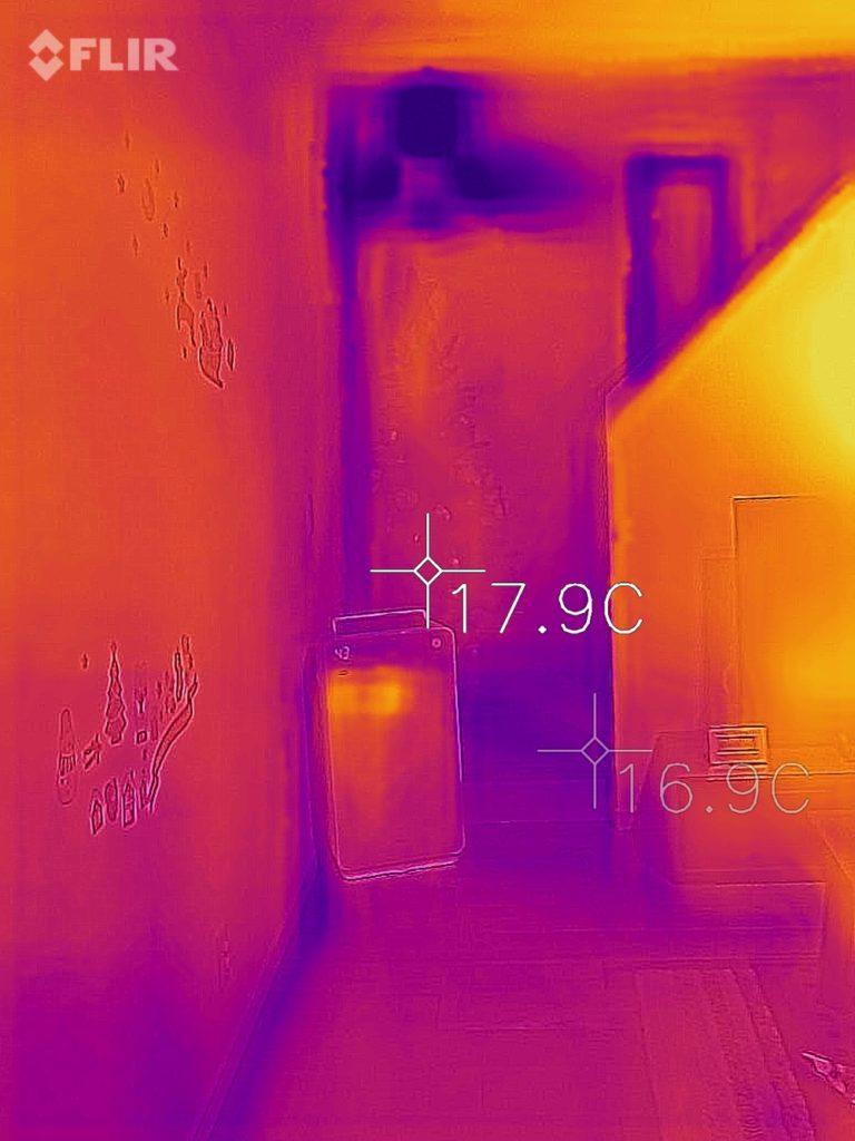 リビング階段の寒さをサーモグラフィーで撮影