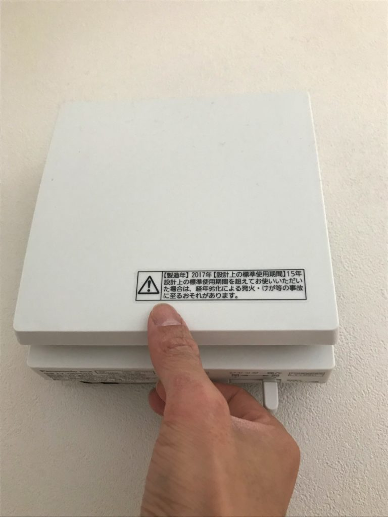 電源をオフにしたら、カバーは手前に引いて開いてください