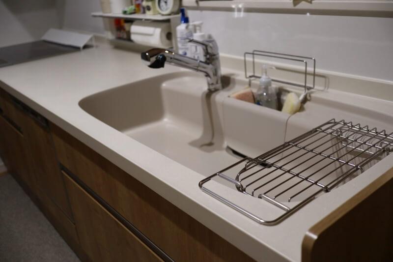 水切りかごを使わず水切りラックを使ってスッキリするキッチン