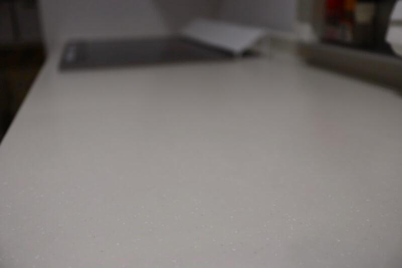 意外と掃除が楽で綺麗が続く人造大理石のキッチン
