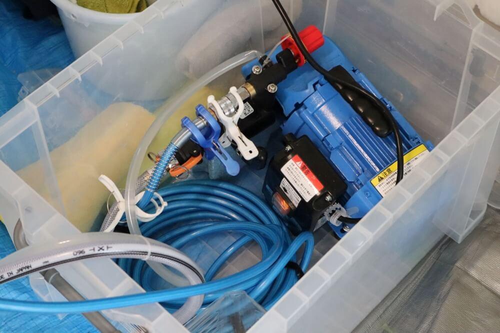 エアコンクリーニングで内部を高圧洗浄するための機械