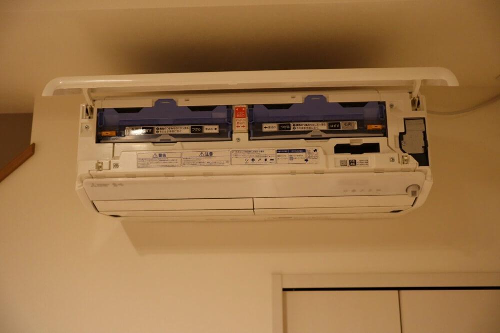 お掃除機能のダストボックスをお手入れするために、まずはエアコン正面のカバーをあげます
