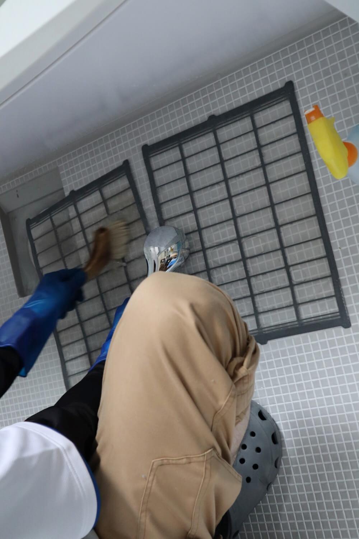 エアコン内部のほこりだらけのフィルターは洗剤できれいに洗う