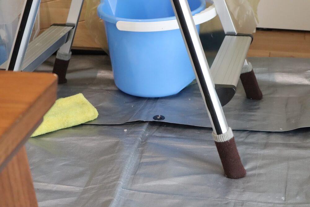 カジタクのエアコンクリーニングは床が傷つかないように脚立の足もカバーがかけられています