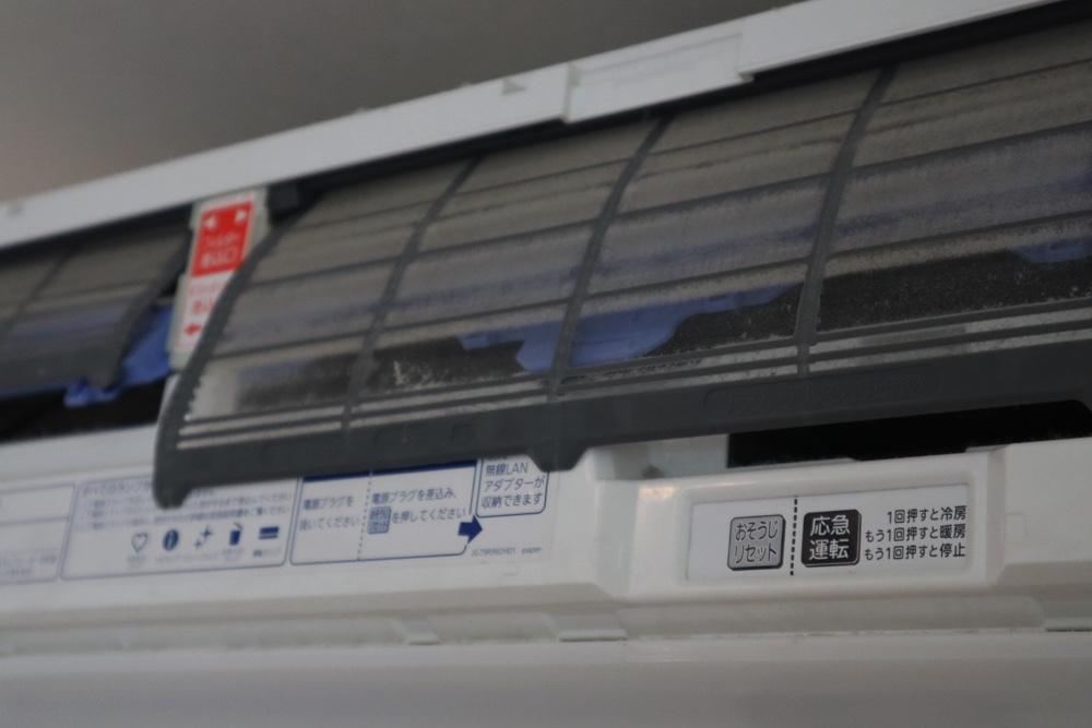 エアコンクリーニングで外されたフィルターはほこりでびっしり汚れてる