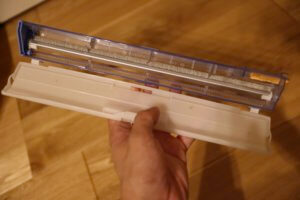 エアコンから取り外したダストボックスの蓋をあけるのはとっても簡単です