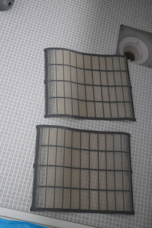 エアコンから取り外されたほこりがびっしりのフィルター