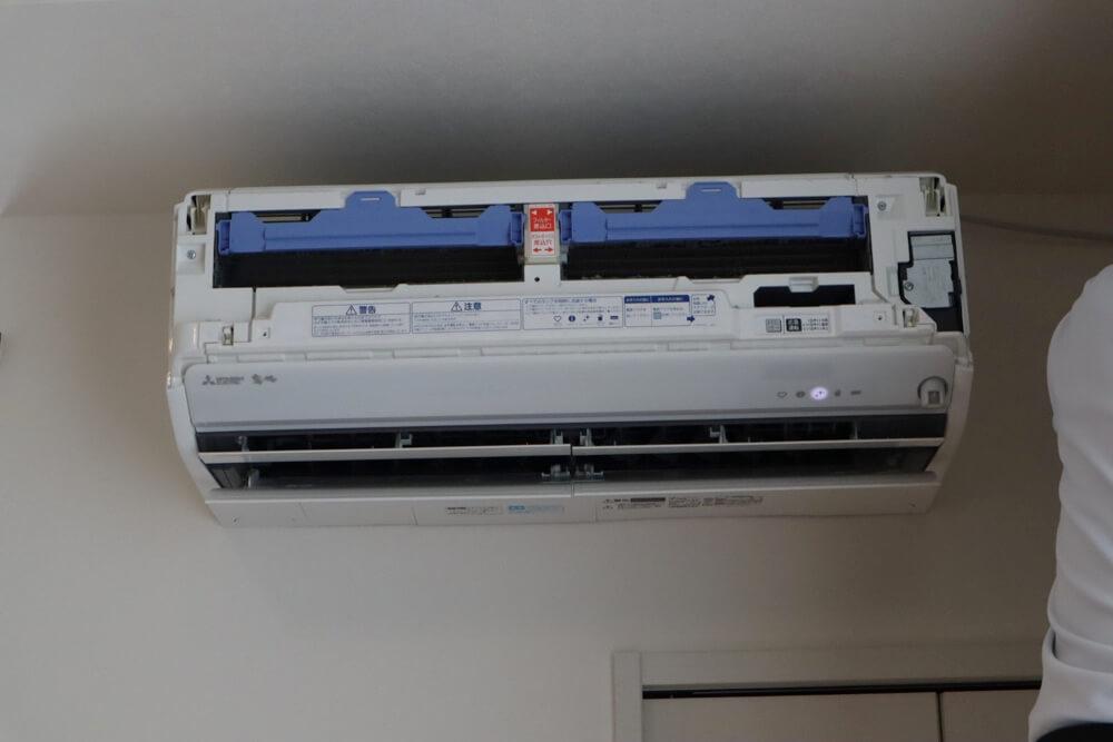 エアコンクリーニングの前にお掃除機能のダクトボックスも取り外されたエアコン