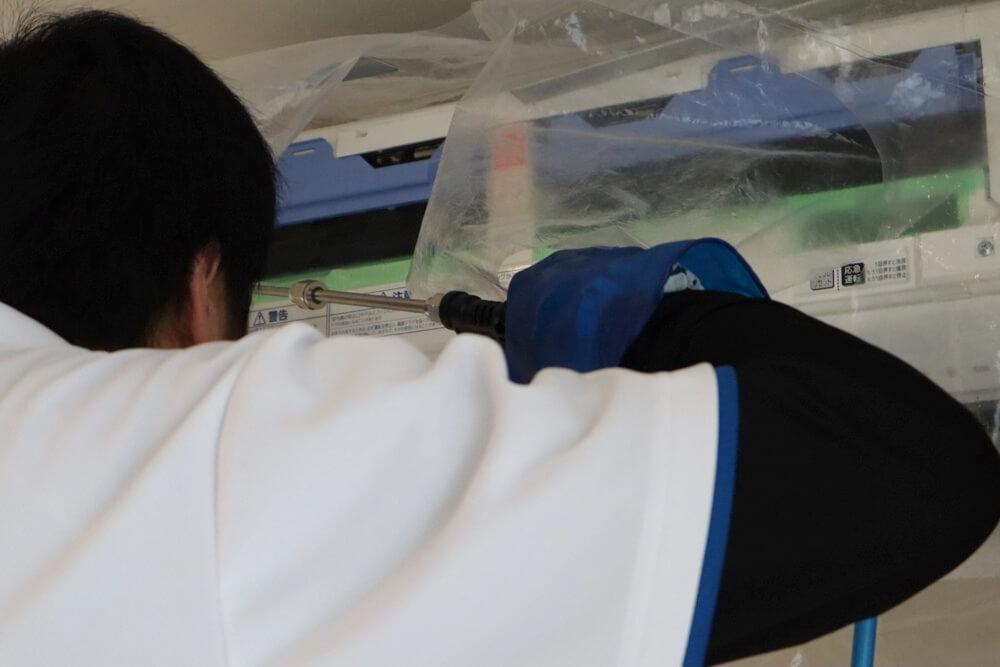 エアコンクリーニングで内部を高圧洗浄できれいにするカジタクの人