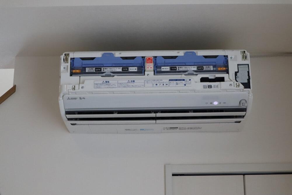 エアコンクリーニングの前に表面のカバーが外されてエアコン