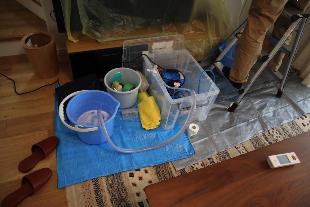 エアコンクリーニングでは高圧洗浄器と洗剤を使ってエアコン内部を洗う