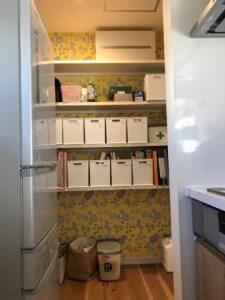 パントリーがあるとキッチン用品だけじゃなく、日用品まで収納できるのでリビングも自然と片付きますよ