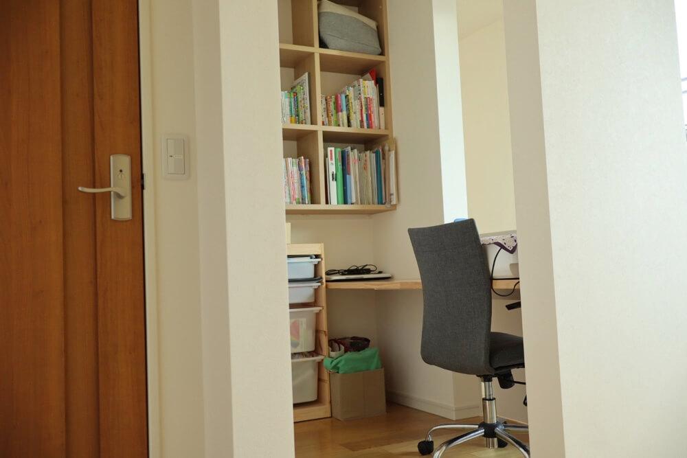 2階ホールの一部を書斎にするとスペースを有効活用できるし、家族みんなで使える共有スペースになる