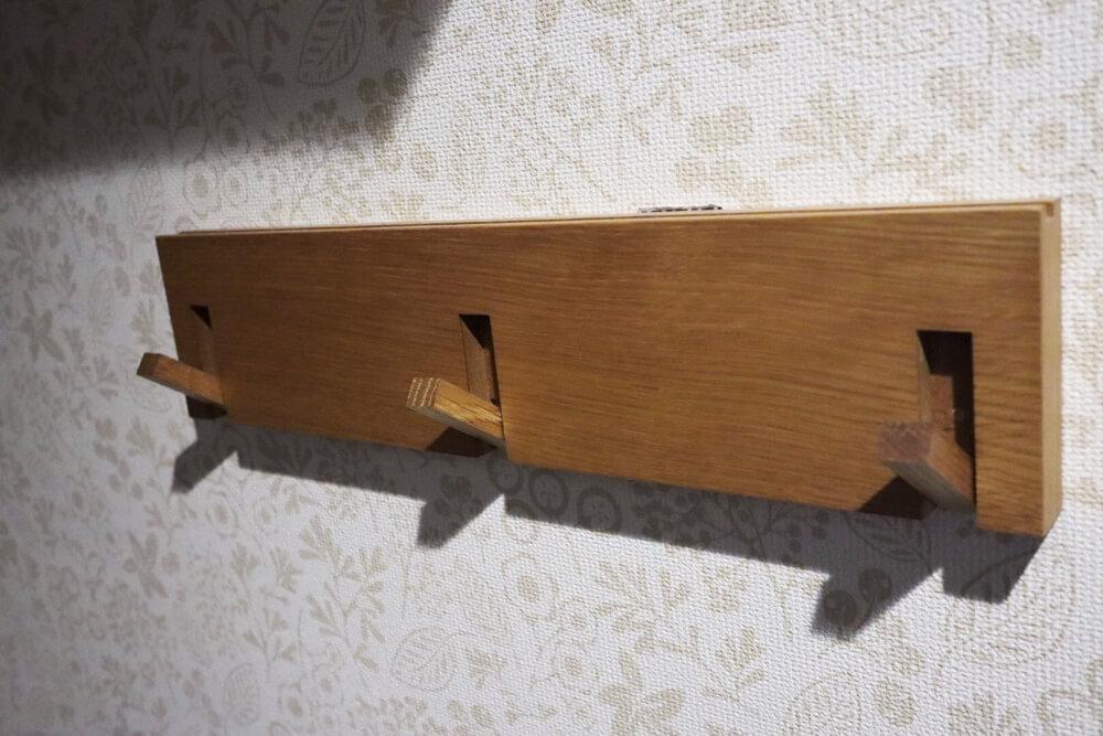 バッグをかけるなら無印の壁につけられる家具3連ハンガーが便利