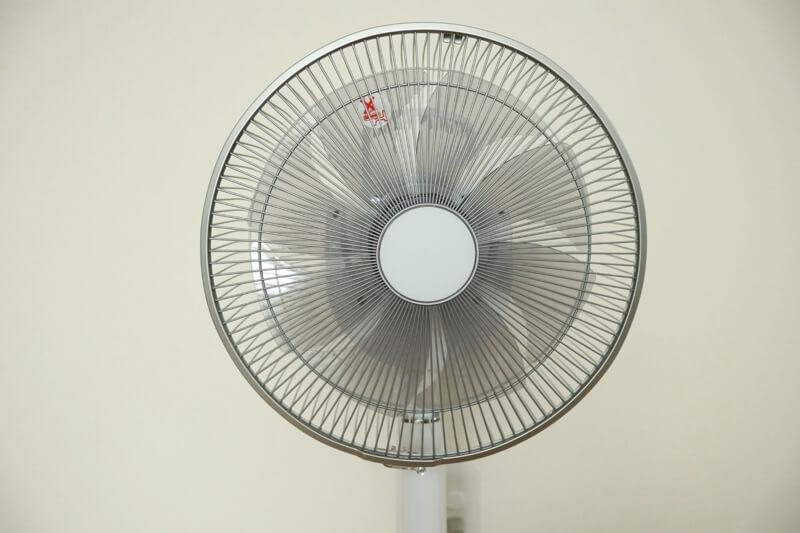 メーカー名が目立たないデザインが潔いHITACHIの扇風機