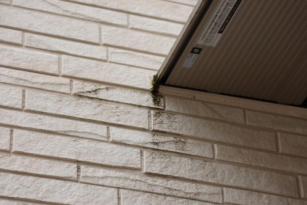 光セラを使った築2年の外観。玄関の雨除けの端っこに小さな汚れがありました。