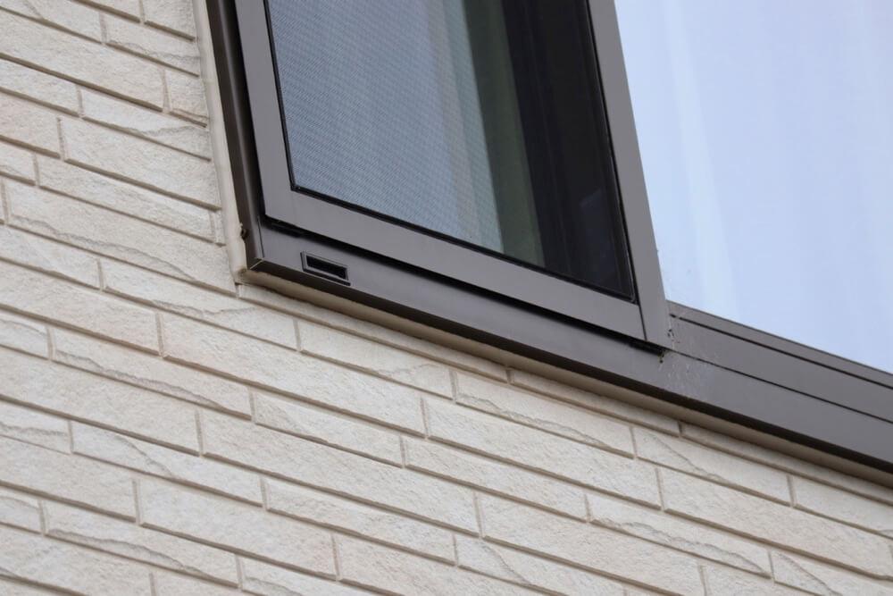 光セラなら汚れやすい窓枠でもキレイを保てますよ。