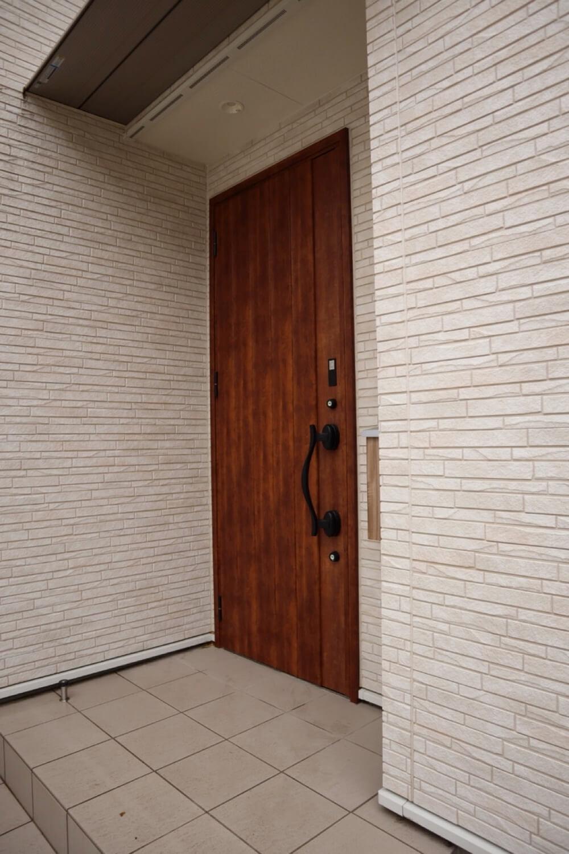 光セラを使った築2年の外観。玄関の目の前に立っても気になる汚れは見当たりません。