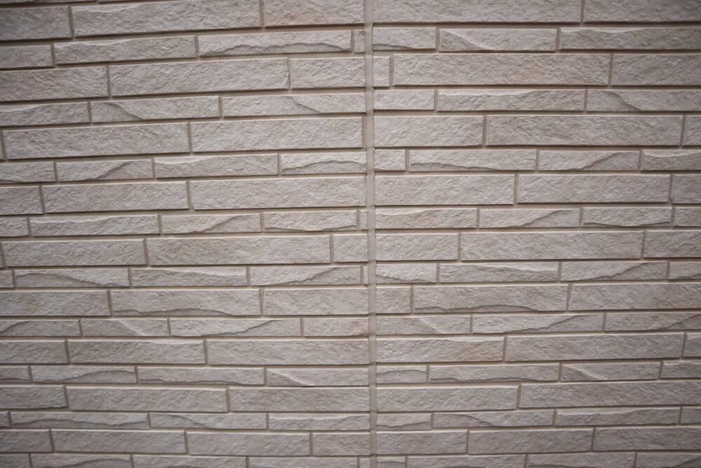 外壁を光セラにしても、コーキングはうっすら汚れます。
